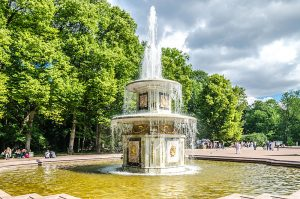800px-roman_fountain_in_the_lower_park_of_peterhof